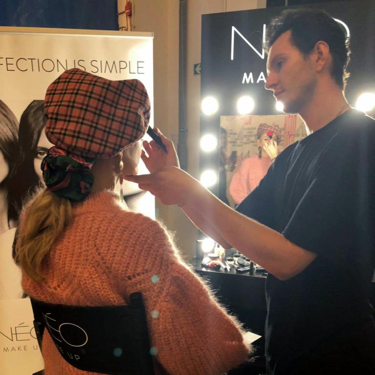 Adrian Świderski wykonuje makijaż produktami NEO Make Up na pokazie marki Bizuu